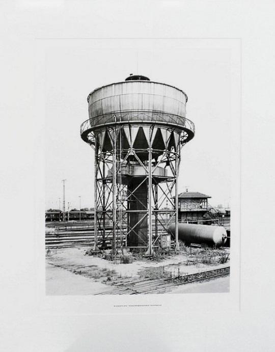 """Bernd & Hilla Becher: """"Wasserturm Mannheim"""", 1976, glatter, dünner Karton, verso signiert und datiert, im Unterrand typografisch bezeichnet, Bildformat: 42,6 x 31,5 cm, Blattformat: 51,8 x 39,9 cm, Herausgegeben von der Griffelkunst-Vereinigung, Hamburg 1976."""