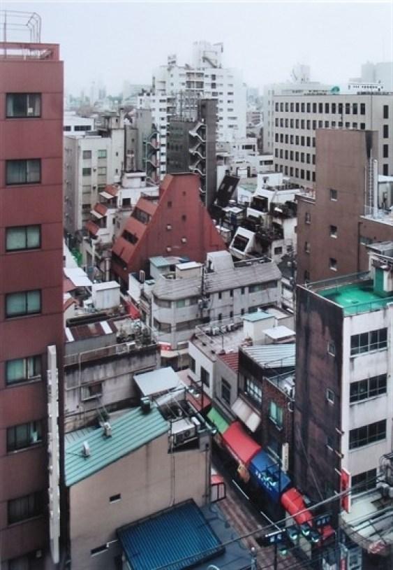 """Thomas Struth:"""" Tokyo (Suburb of Bunkyo)"""", 1999, C Print, Format: 18 x 12,7 cm, handsigniert, datiert, betitelt und nummeriert von Thomas Struth en verso, limitierte Auflage 200 Exemplare. Zusätzlich mit Buch"""