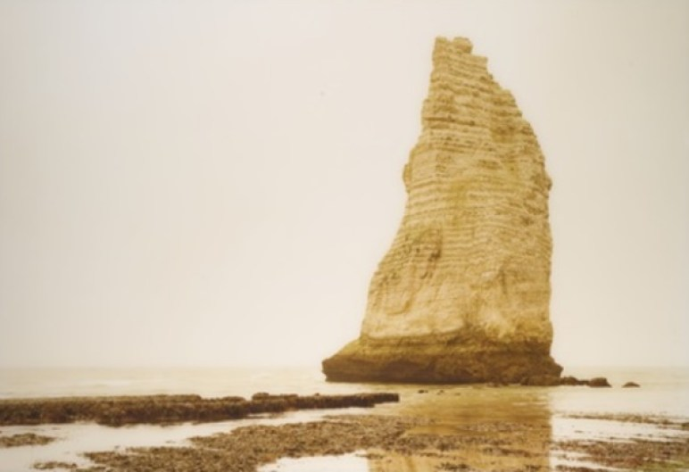 "Elger Esser: ""Cap-Antifer-Etretat, la Roche d'Aval, Frankreich"", 2000, C- Print, signiert, nummeriert, Format: 105.1 x 149.9 cm. Verkauft."