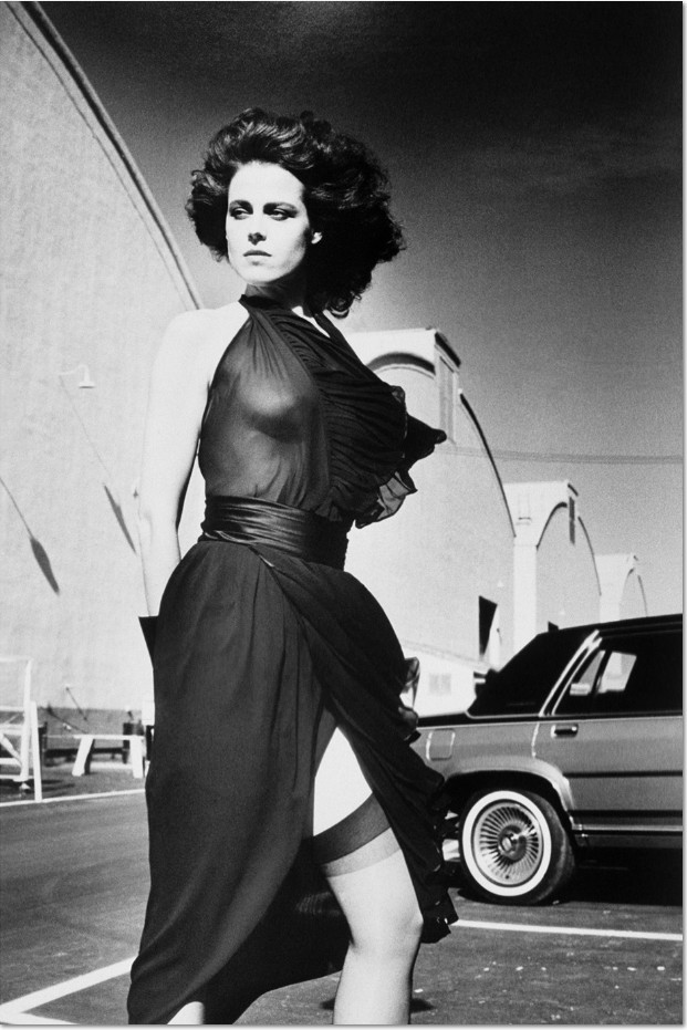 "Helmut Newton: 'Sigourney Weaver, shot on the Warner Bros film studios lot in California"", 1985, Silber Gelatine Vintage Abzug. Lim. Auflage 7 Exemplare. Helmut Newton, ownership rights by his agent Norman Solomon © The Helmut Newton Estate. Certificate of Authenticity. Format: 52 x 41 cm"