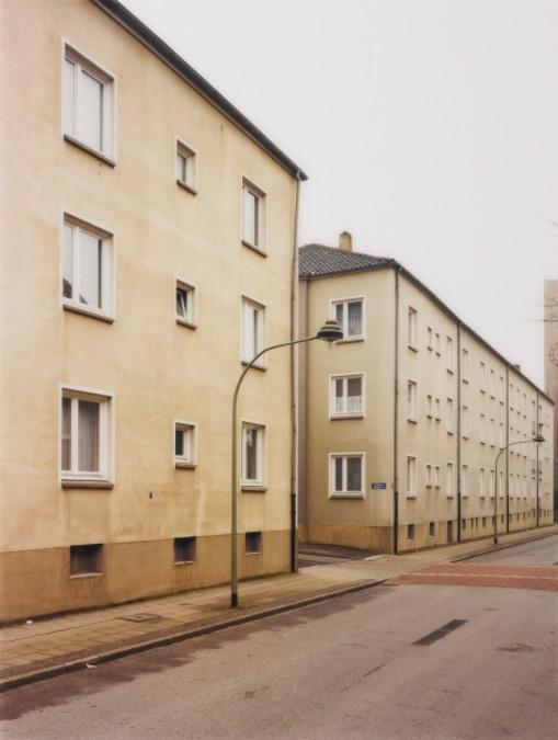 "Thomas Ruff:"" Haus Nr. 7″, 1983, C-print, © the artist. Courtesy the artist & the Staatliche Kunsthalle Baden-Baden"