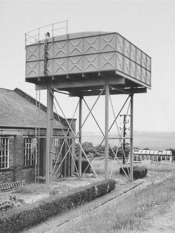 Bernd und Hilla Becher: 'Wasserturm Kirkhamgate, Leeds – England', 1976, Pigmentdruck auf Chomalux Fotokarton, vorderseitig bezeichnet, verso datiert und handsigniert von Bernd Becher. Bildformat: 40 x 30 cm, Blattformat: 52 x 40 cm.