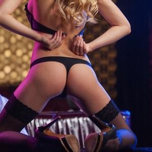 vrouwelijke stripper geeft een show aan de vrijgezel