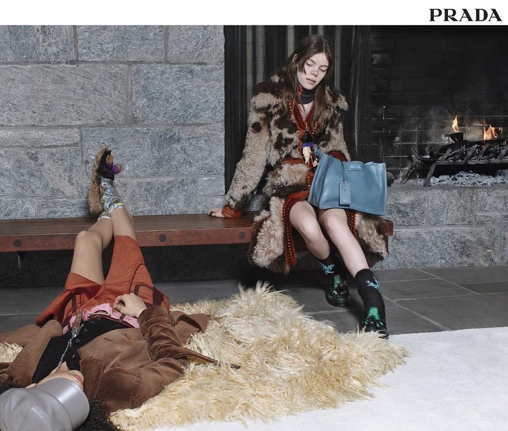 Nina (rechts) voor Prada en Vogue- -Fotograaf Willy Vanderperre)