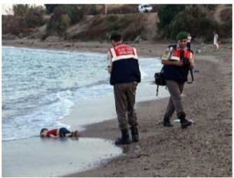 Picture of dead syrian boy alayn kurdi with photograophers and bystanders