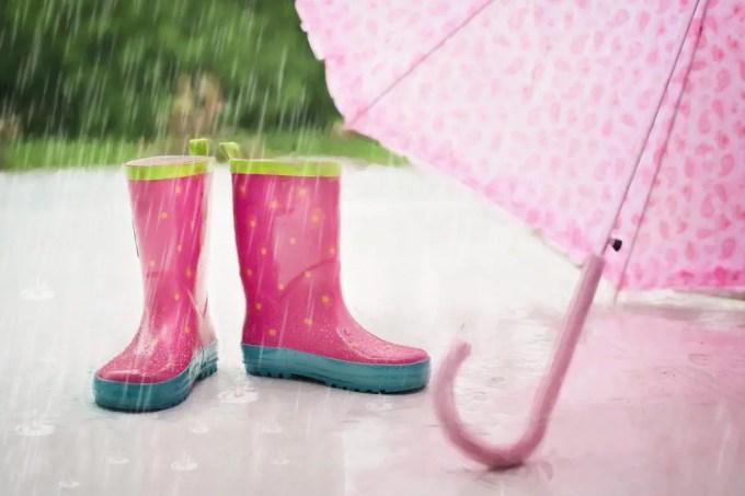 ピンクの雨具