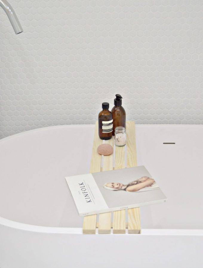 Make bathtimes better with this diy wood bathtub tray