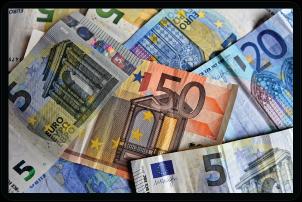 Various Euro notes.