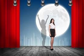 pige på en scene
