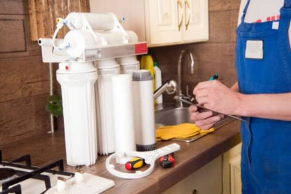 Reverse osmosis filter to remove chloramine from tap water installation