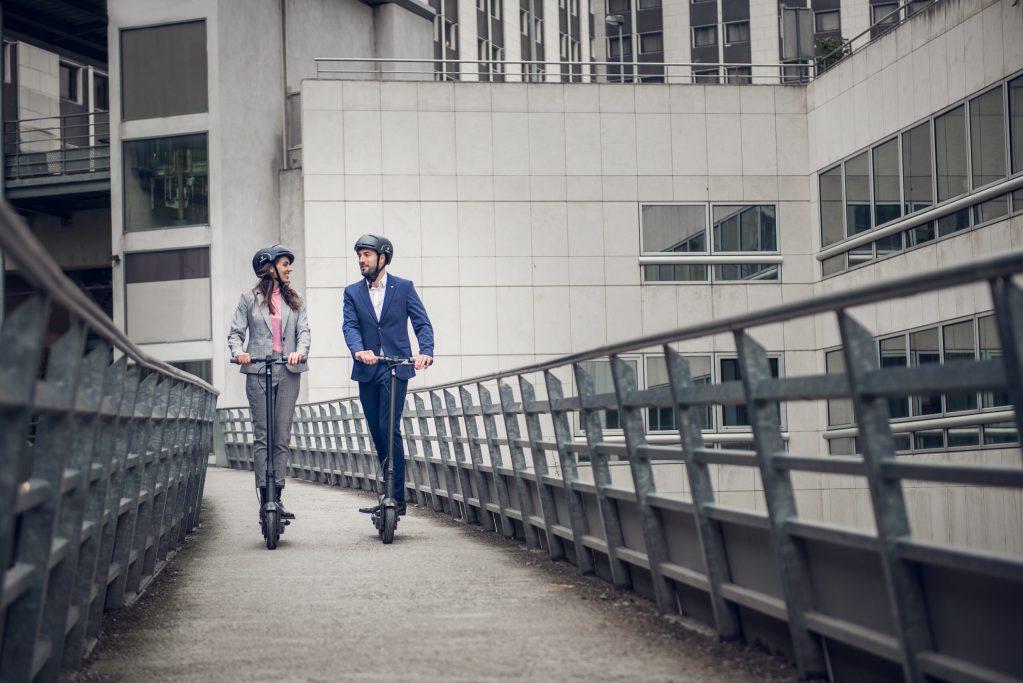 Et par på el løbehjul i Paris