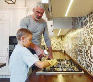 Top- Kitchen-Hygiene-Tips-cleaning-countertop