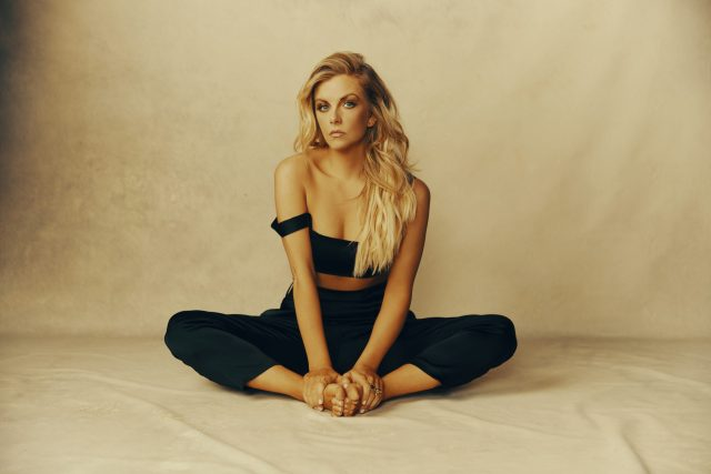 ALBUM REVIEW: Lindsay Ell – 'heart theory'