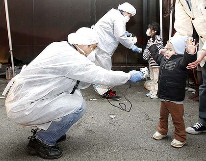 1_art_radiation-checks-420x01-radiation-japan-children