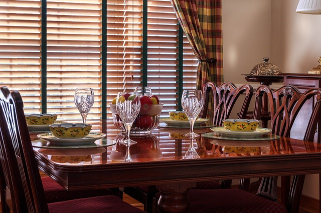 dinner-table-663435_640