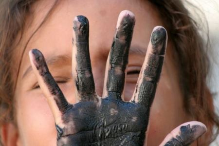social-short-story-kid-girl-dirty-hand