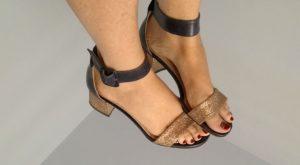 sandali con tacco quadrato color oro