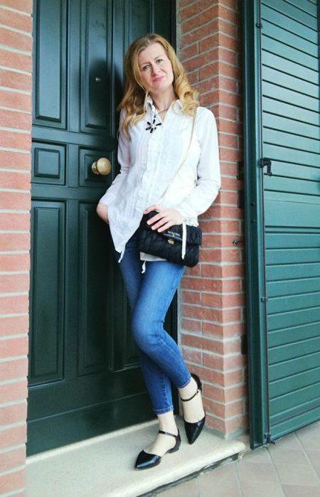 camicia bianca, denim, accessori eleganti neri