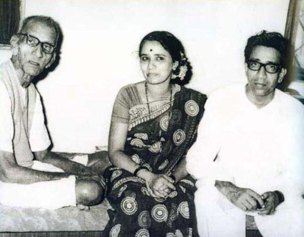 Meena Thackeray (center) Bal Thackeray wife