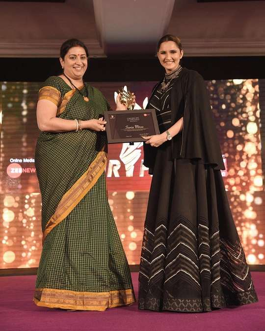 Sania Mirza Receiving Zee fair play award by Smritii Rani