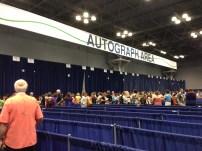 サインを待つ人の列
