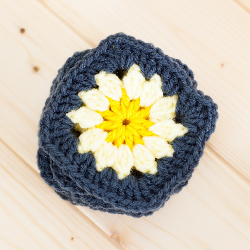 Granny Squares Tutorial: How to Join-As-You-Go   YouShouldCraft.com #crochet