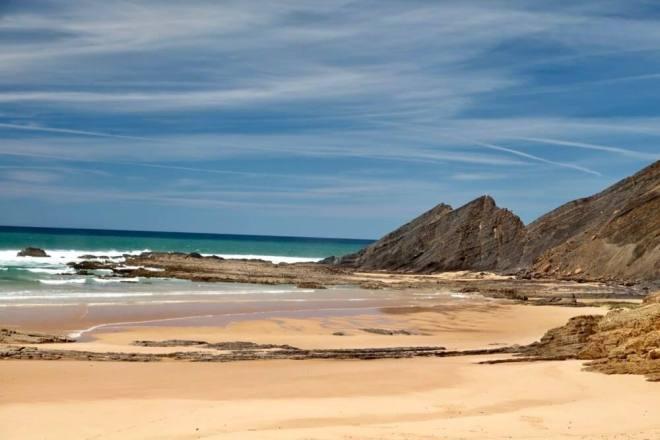 Praia Amoreira cliffs