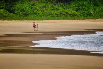 Praia do Sancho Fernando de Noronha beach couple