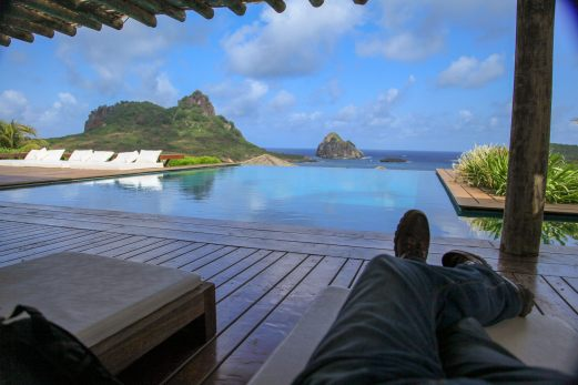 Pousada Maravilha relaxing by pool