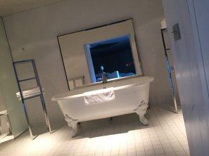 La Coorniche white bathtub