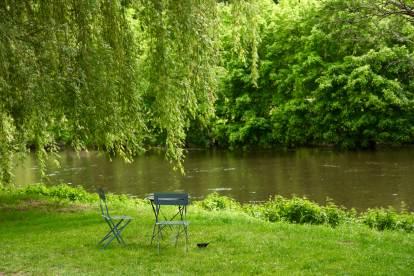 Saint-Leon-Sur-Vézère chairs river