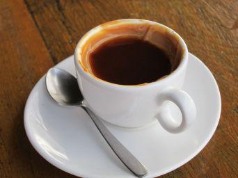 A cafe con leche at Mergulhão