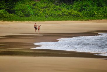 Praia do Sancho Fernando de Noronha beach couple
