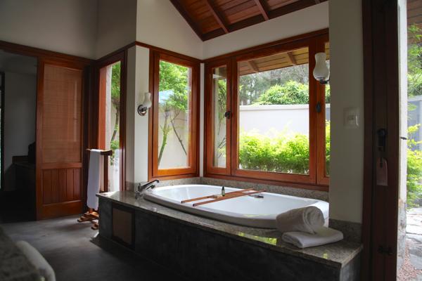 Four Seasons Carmelo bathtub