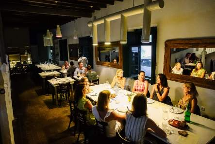 Cavalariça Comporta group eating