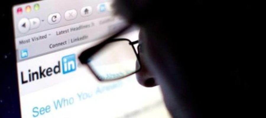 البحث عن عمل في موقع لينكد إن – صورة لـ Chris Batson