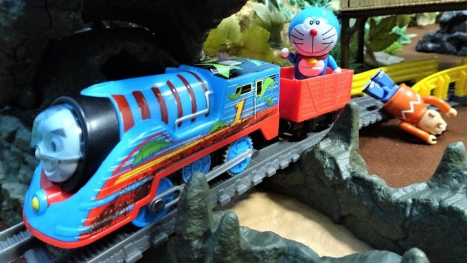 Thomas runs with Doraemon and Nobita with turbo engine!Thomas & Friends TrackMaster!for kids!yupyon