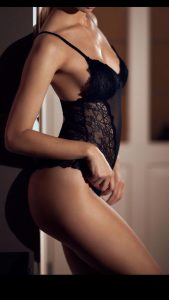 Petite blonde GFE escort Chicago