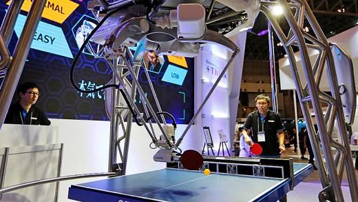 masa tenisi oynayan robot