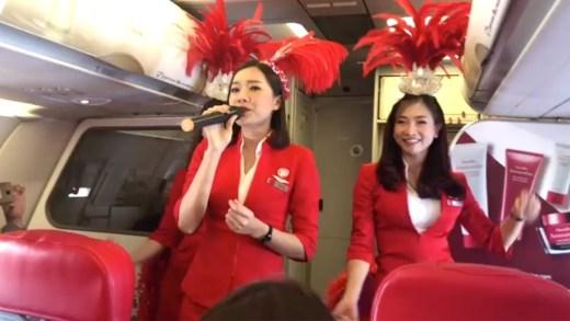 pilotu dans ederek bekleyen şirin hostes