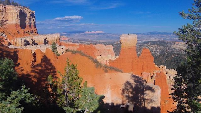 Très belle couleurs des roches du cote du parc de Bryce Canyon dans l'ouest des parcs americains photo blog voyage tour du monde https://yoytourdumonde.fr