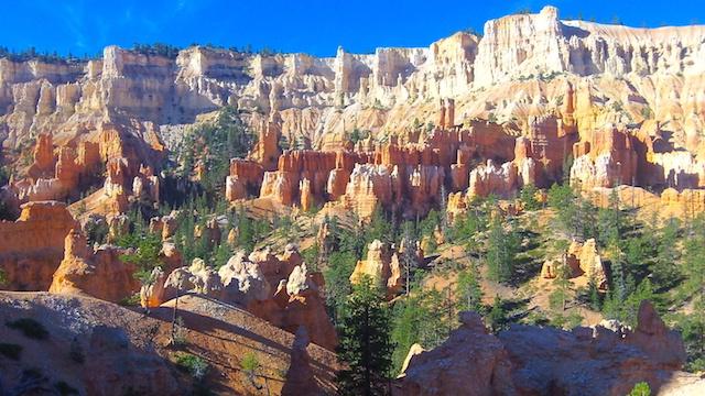 A titre personnel le plus beau parc des parcs de l'ouest amércain et celui de Bryce Canyon, il est tout simplement magnifique avec de superbes couleurs. Photo blog voyage tour du monde https://yoytourdumonde.fr
