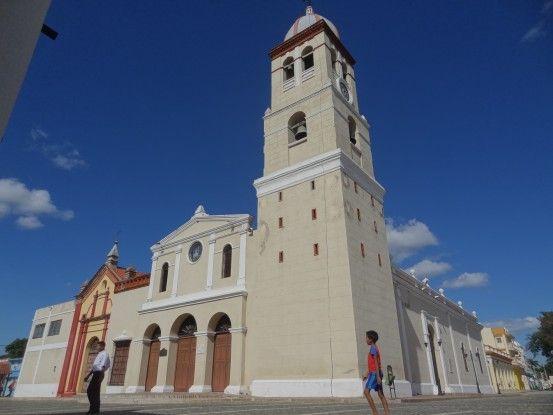 Parvis de la cathédrale de Bayamo, à Cuba photo blog voyage tour du monde https://yoytourdumonde.fr