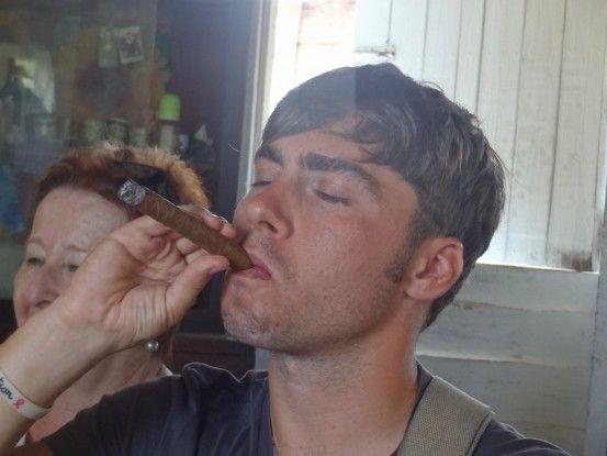Après avoir visité une fabrication de tabac, vous allez même pouvoir en fumer à Vinales photo blog voyage tour du monde https://yoytourdumonde.fr