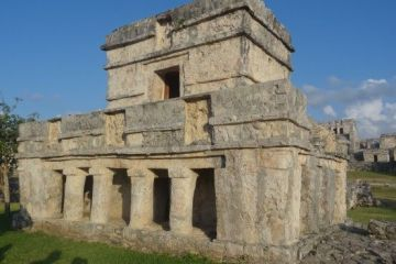 Temple maya sur le site de Tulum au Mexique photo blog voyage tour du monde https://yoytourdumonde.fr