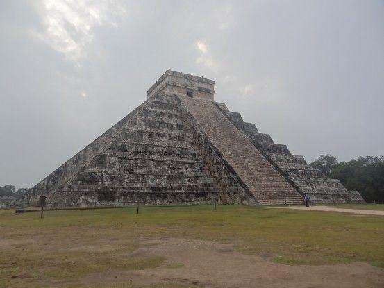 L'une des plus grandes pyramides maya se trouve sur le site de chichen itza inscrit à l'Unesco au Mexique photo blog voyage tour du monde https://yoytourdumonde.fr
