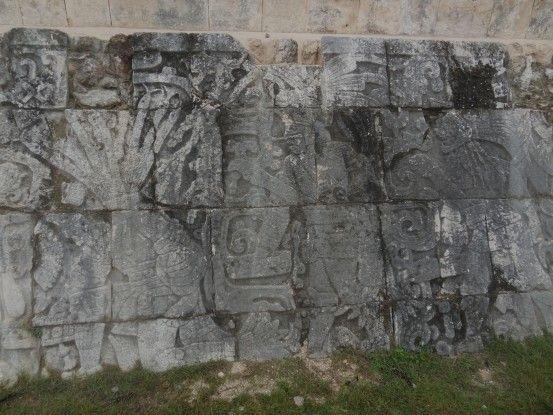 Sur le site de Chichen Izta au Mexique il faut avoir l'oeil notamment pour voir les beaux bas reliefs des ruines photo blog voyage tour du monde maya https://yoytourdumonde.fr