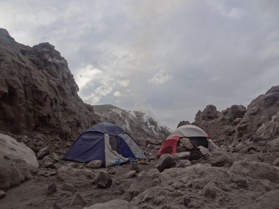 Base camp sur le volcan Santiaguito au Guatemala, photo blog voyage tour du monde travel https://yoytourdumonde.fr