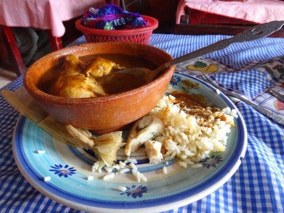 Mélangez vous avec la population dans les restaurants à Antigua au Guatemala pour manger. Photo blog voyage tour du monde https://yoytourdumonde.fr