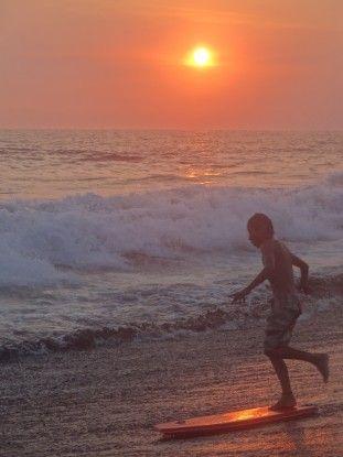 Sur la cote du Guatemala certains locaux font du surf photo blog voyage tour du monde travel https://yoytourdumonde.fr
